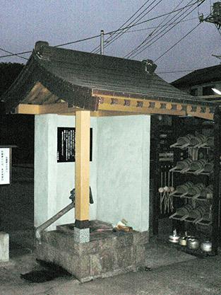 寺の水汲み場屋根改修